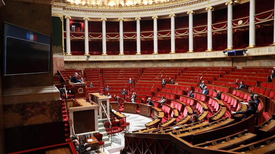 Coronavirus: des députés votent les mesures d'urgence, le 22 mars 2020 à l'Assemblée nationale à Paris