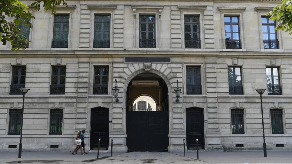 L'immeuble, situé quai Branly à Paris, est une dépendance du palais de l'Elysée