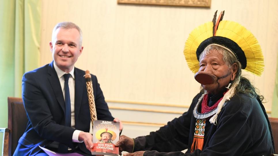 Le chef indien Raoni Metuktire et le ministre de la Transition écologique François de Rugy, le 13 mai 2019 à Paris