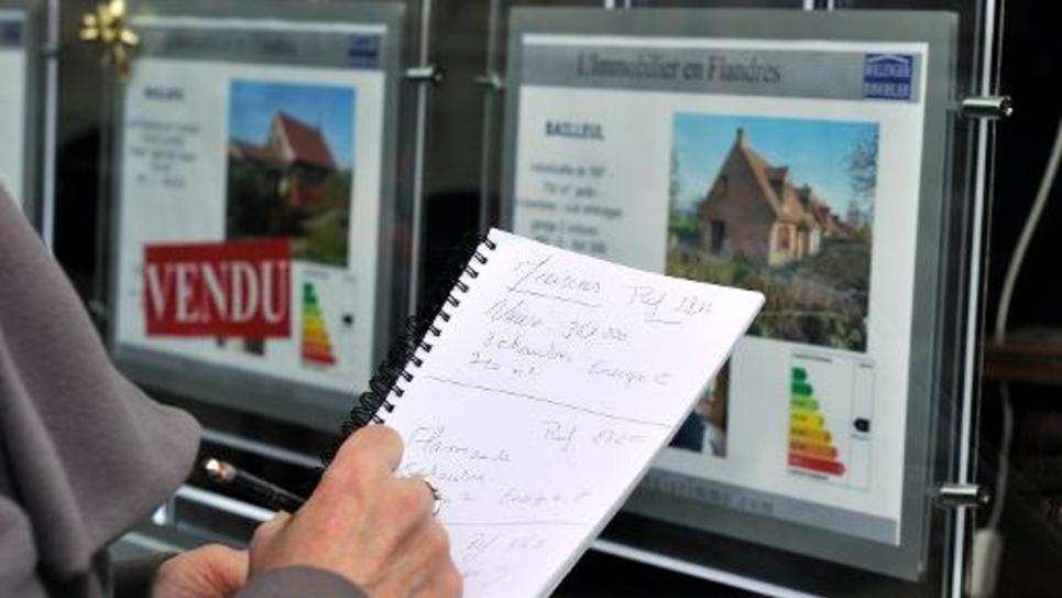 Des annonces affichées sur la vitrine d'une agence immobilière le 30 janvier 2012 à Lille