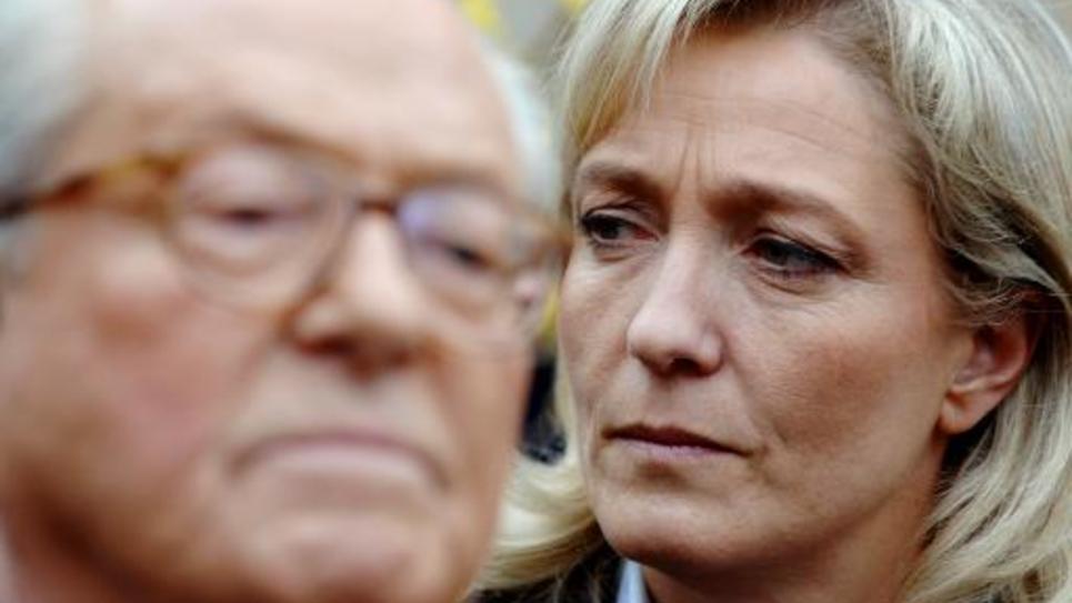 Marine Le Pen écoute son père, candidat à la présidentielle, faire un discours à La Trinité sur Mer le 17 mars 2007