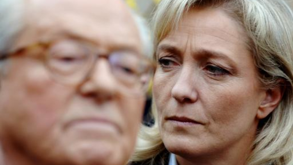 Jean-Marie Le Pen et sa fille Marine, le 17 mars 2007 à La Trinité-Sur-Mer, dans le Morbihan