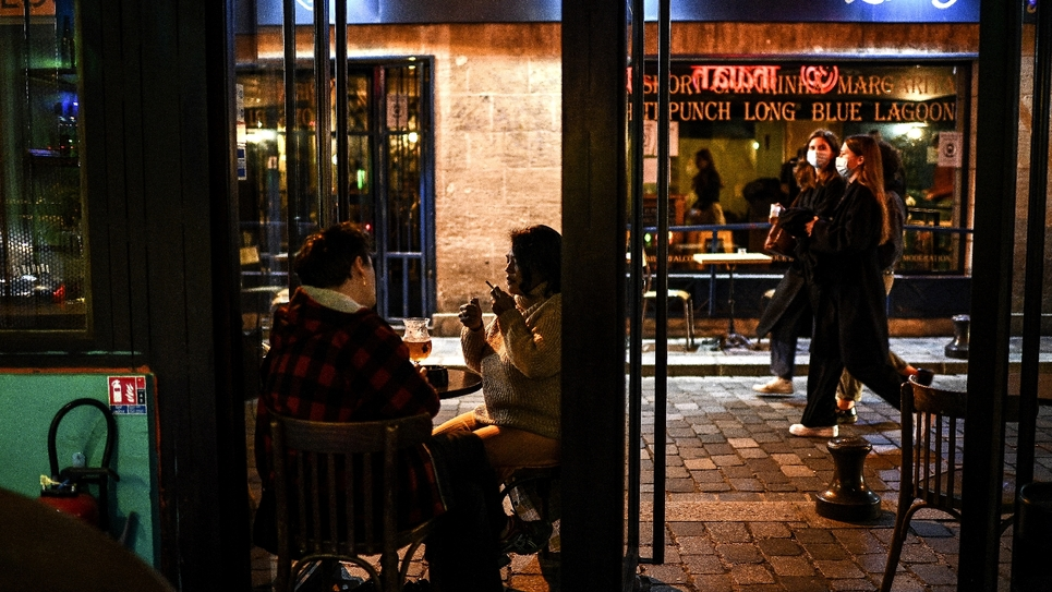 A la terrasse d'un bar à Paris le 3 octobre 2020
