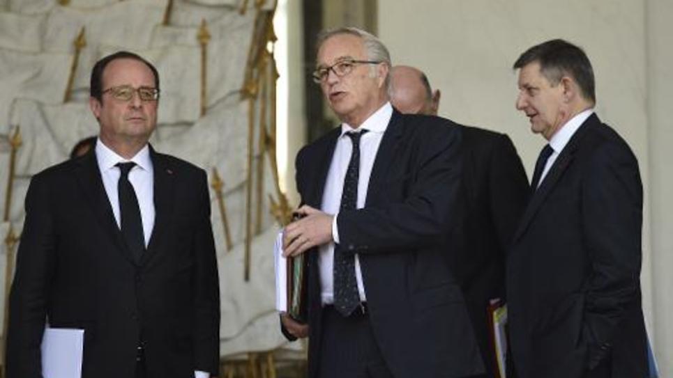 Le président François Hollande et le ministre du travail François Rebsamen, le 15 avril 2015 à Paris