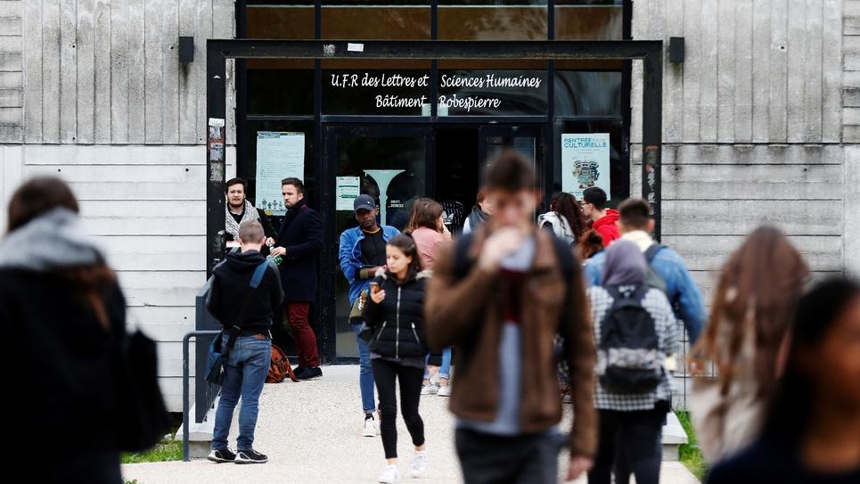 Des dizaines de milliers de bacheliers ont été écartés des filières de leurs choix à la fac par le tirage au sort --seul dispositif légal pour départager les candidats-- en raison de la hausse démographique