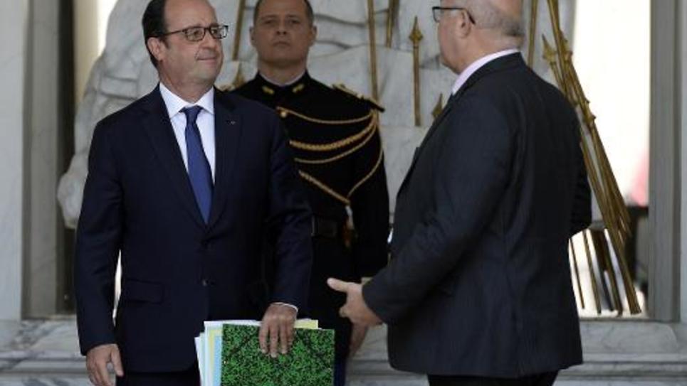 Le président François Hollande et le ministre des Finances Michel Sapin (d) quittent l'Elysée, le 17 juin 2015 après le conseil des ministres