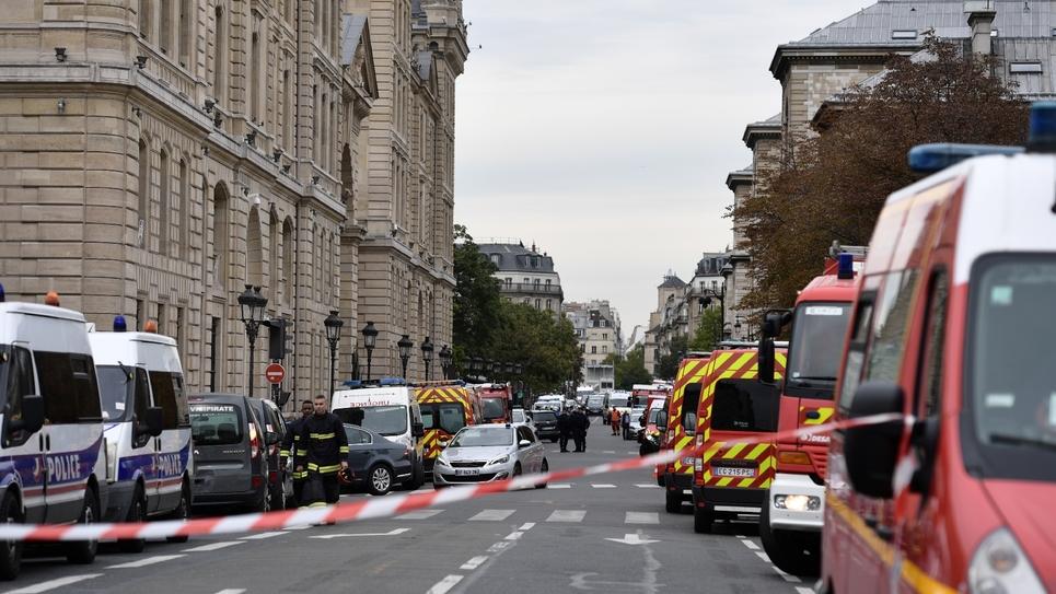 véhicule de police et pompiers autour de la préfecture de police de Paris où 4 personnes ont été tuée, le 3 octobre 2019