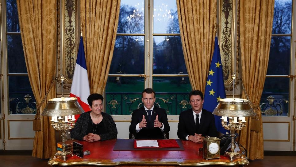 Le président français Emmanuel Macron lors de la signature de la loi sur l'accès à l'université, au Palais de l'Elysée à Paris, le 8 mars. Assis à ses côtés, Frédérique Vidal, ministre de l'Enseignement supérieur, et Benjamin Griveaux, porte-parole du