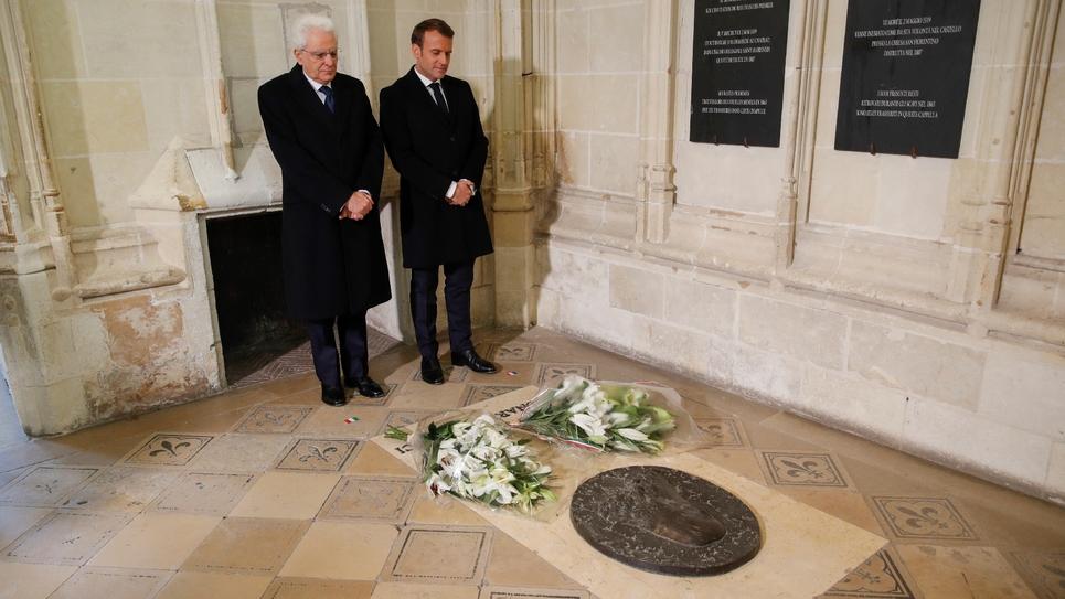 Le président Emmanuel Macron et son homologue italien Sergio Mattarella (d) se recueillent devant la tombe de Léonard de Vince, lors d'une cérémonie pour célébrer le 500e anniversaire de sa mort, le 2 mai 2019 au château d'Amboise