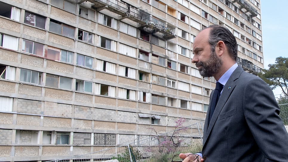 Le Premier ministre Edouard Philippe devant un immeuble résidentiel avant sa destruction, le 12 avril 2019 à Marseille