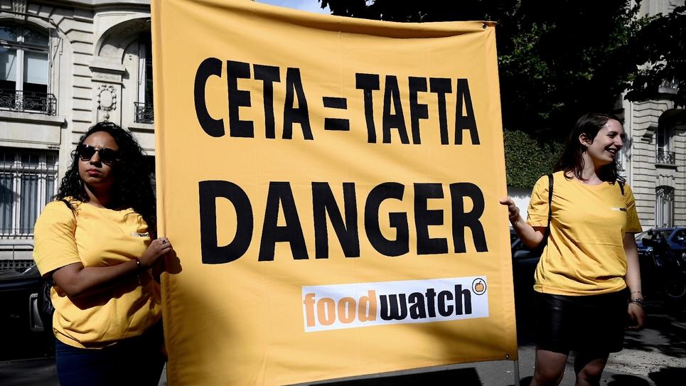 Des opposants au Ceta se sont rassemblés mardi aux abords de l'Assemblée, le 16 juillet 2019