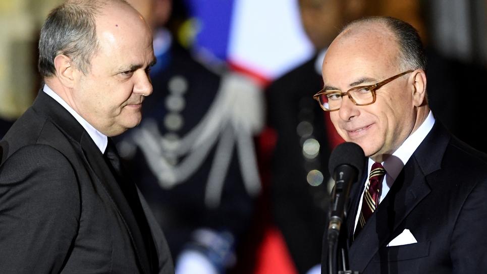 Bruno Le Roux et Bernard Cazeneuve lors de la passation de pouvoirs  au ministère de l'Intérieur, le 6 décembre 2016 à Paris