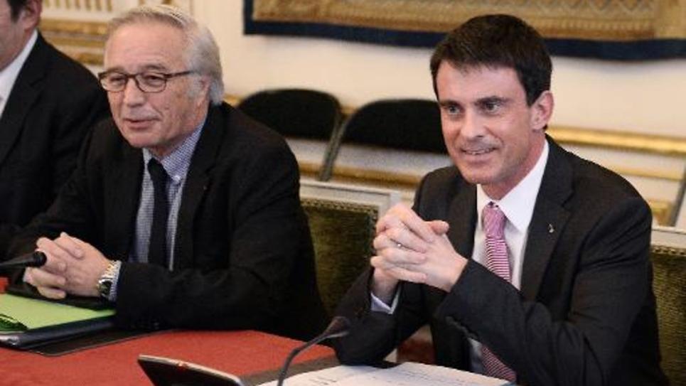 Le ministre du travail François Rebsamen et le Premier ministre Manuel Valls lors de la réunion avec les syndicats sur le dialogue social le 25 février 2015