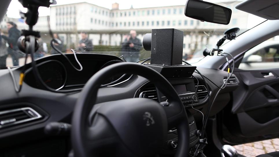L'une des voitures banalisées embarquant des radars et conduites par des prestataires privés. Photo prise à Évreux (Eure) le 24 février 2017.
