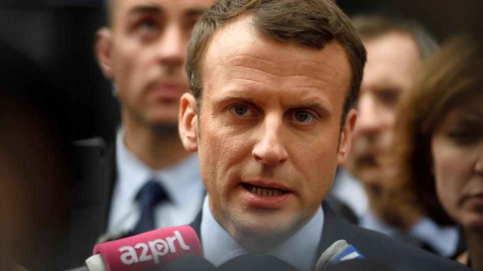 Emmanuel Macron lors d'une visite dans un commissariat parisien, le 13 mars 2017
