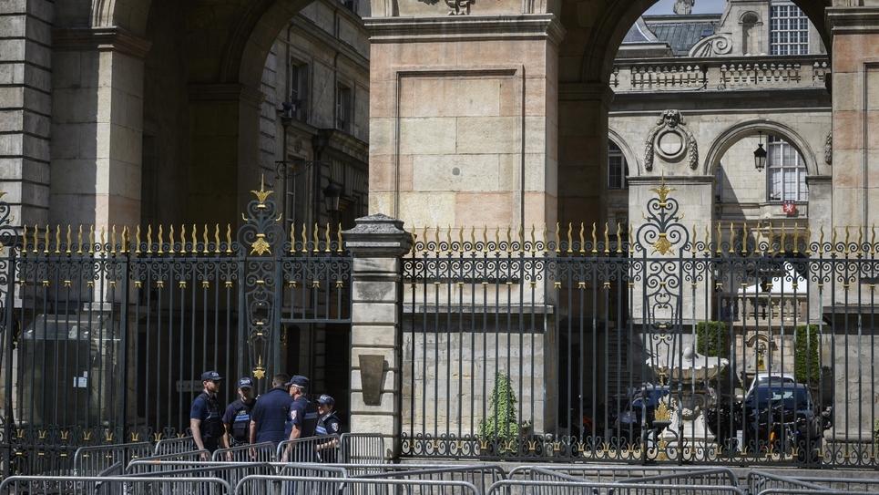 Des policiers devant la mairie de Lyon, le 5 juin 2019