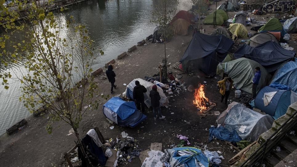 Des migrants installés le long du canal Saint-Martin à Paris le 23 février 2018