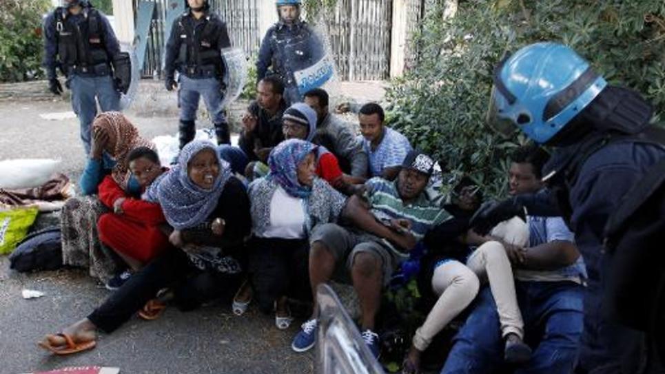 Des policiers italiens tentent d'éloigner des migrants de Vintimille, ville frontière entre le France et l'Italie, le 16 juin 2015