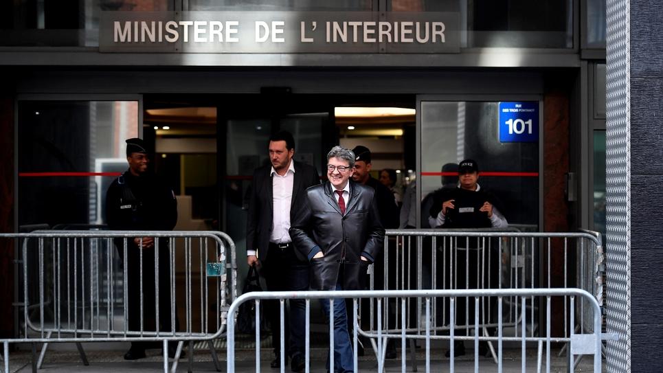 Jean-Luc Mélenchon à la sortie de cinq heures d'audition par les policiers anticorruption de l'Oclciff à Nanterre, près de Paris, le 18 octobre 2018.