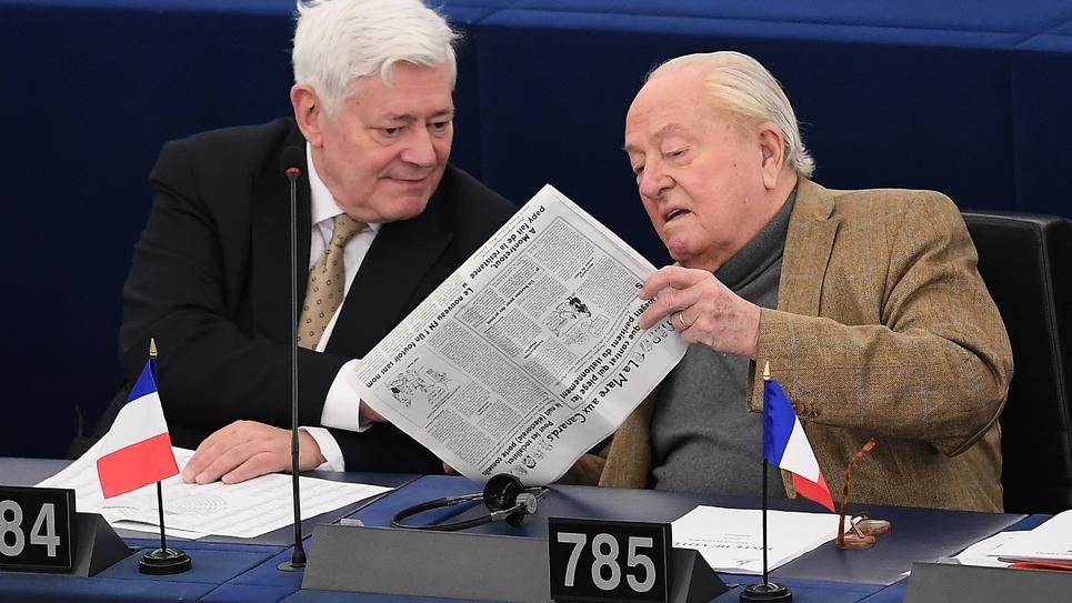 Le député européen RN (ex-FN) Bruno Gollnish, aux côtés de Jean-Marie Le Pen, au Parlement européen de Strasbourg, le 14 mars 2018