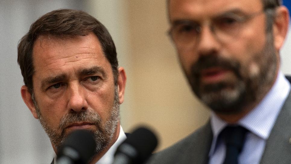 Le Premier ministre Edouard Philippe (D) et le ministre de l'Intérieur Christophe Castaner (G) le 30 juillet 2019 dans la cour de Matignon, à Paris
