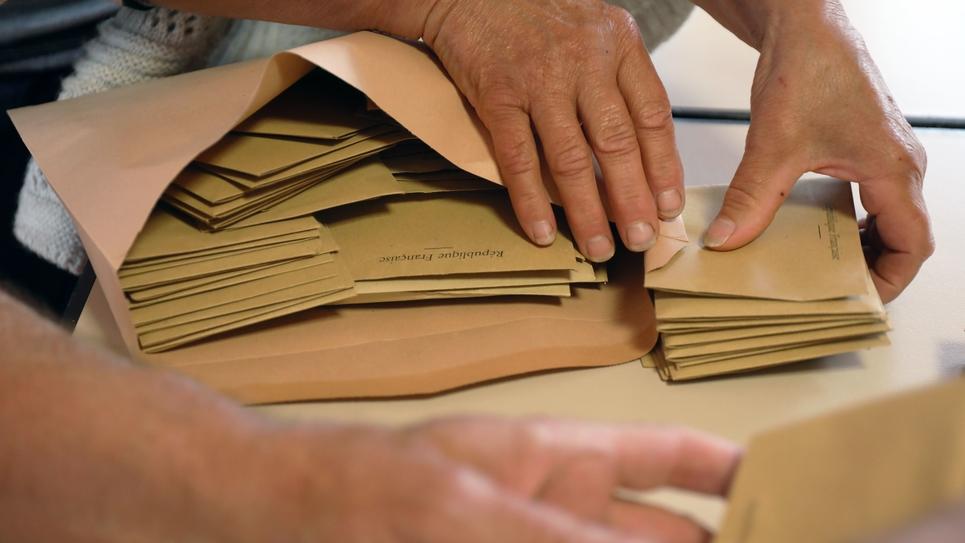 Depouillement dans un bureau de voteaux elections regionales et departementales.