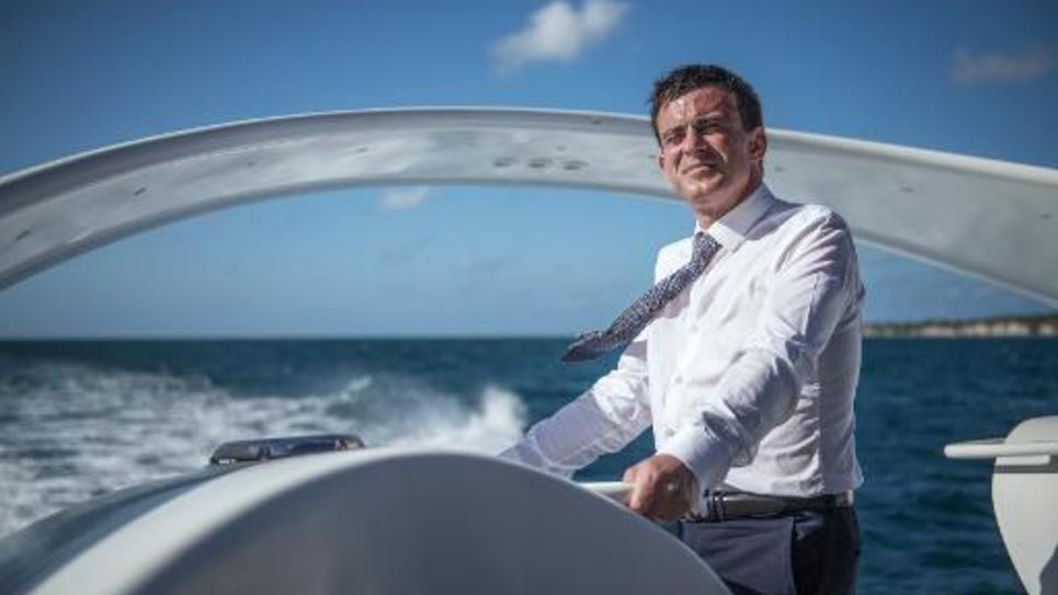 Le Premier ministre Manuel Valls sur un bateau lors d'une étape à Mayotte, le 13 juin 2015
