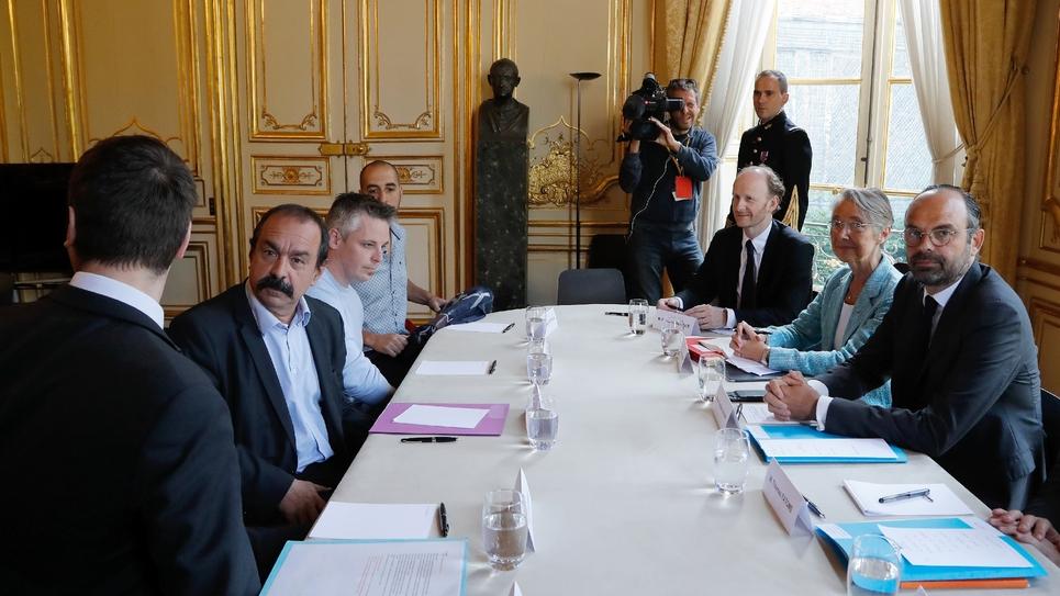 Le Premier ministre Edouard Philippe (D) et Philippe Martinez (G), secrétaire général de la CGT, reçu à Matignon le 25 mai 2018 à Paris