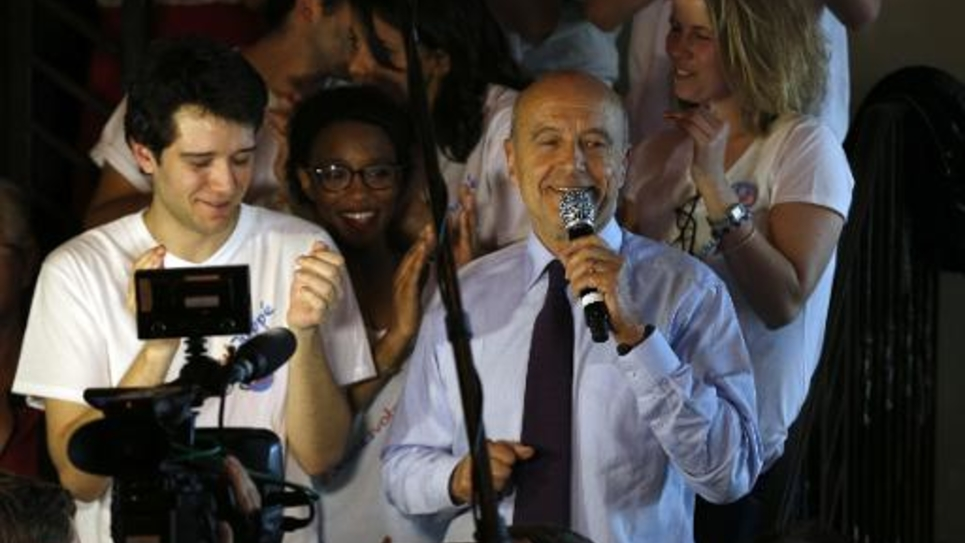 """Alain Juppé s'adresse à ses partisans dans un bar à La Plaine-Saint-Denis le 2 juin 2015 pour le lancement """"le  mouvement des jeunes avec Juppé"""""""