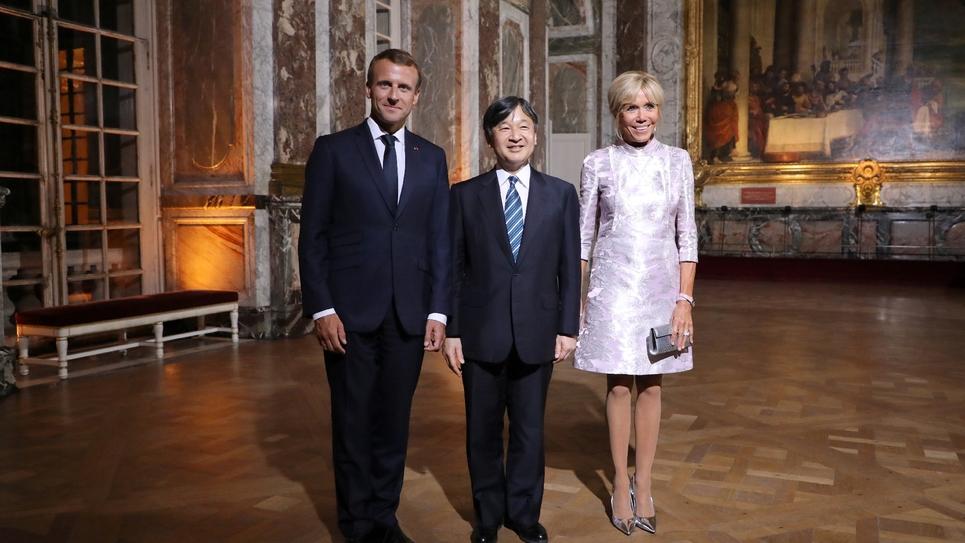 Emmanuel Macron et son épouse Brigitte Macron posent avec le princehéritier du Japon Naruhito au château de Versailles, le 12 septembre 2018