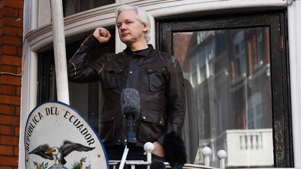 Le fondateur de WikiLeaks Julian Assange au balcon de l'ambassade d'Equateur à Londres, le 29 mai 2017