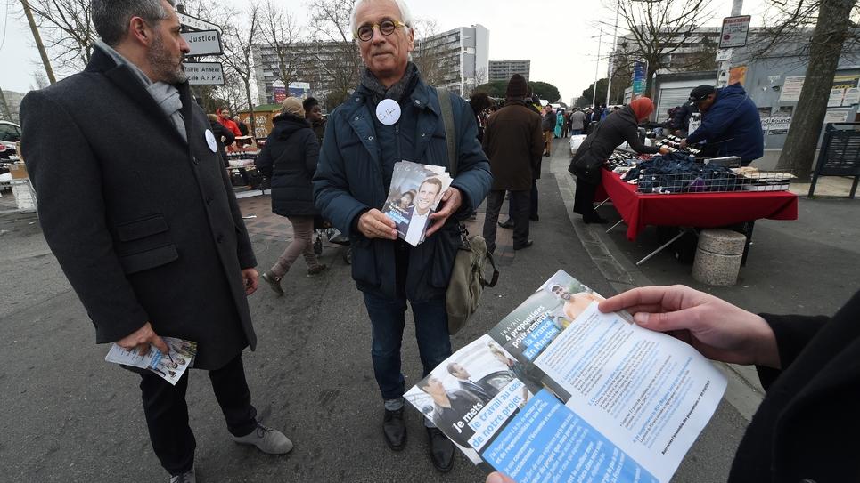 Des militants du mouvement En Marche! venus tracter pour Emmanuel Macron le 2 février 2007 sur un marché à Toulouse
