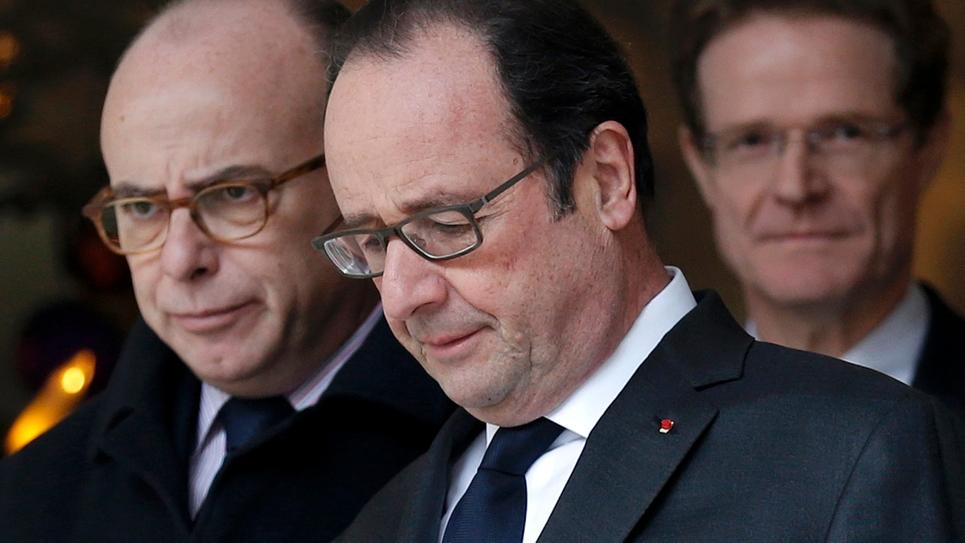 Le président François Hollande et le Premier ministre Bernard Cazeneuve quittent la résidence parisienne de l'ambassadeur allemand à Paris, le 21 décembre 2016