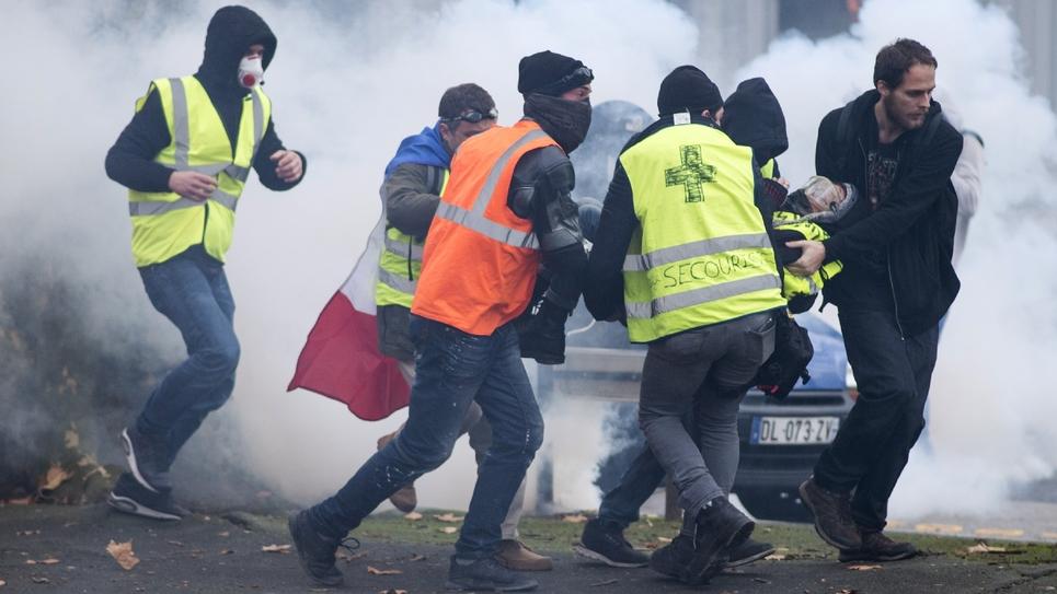 """Evacuation d'un blessé lors d'une manifestation de """"gilets jaunes"""" à Nantes, le 22 décembre 2018"""