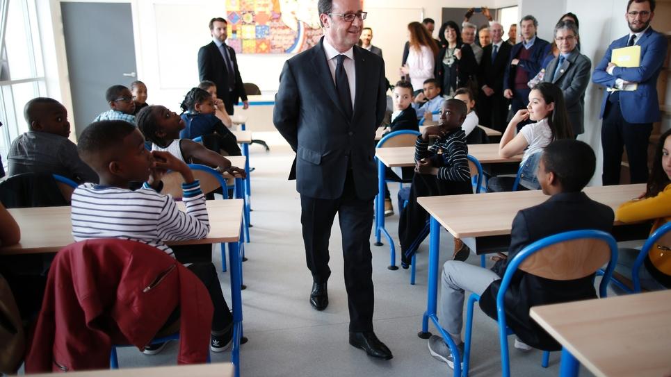 Le président François Hollande visite une école à Sarcelles, près de Paris, le 31 mars 2017
