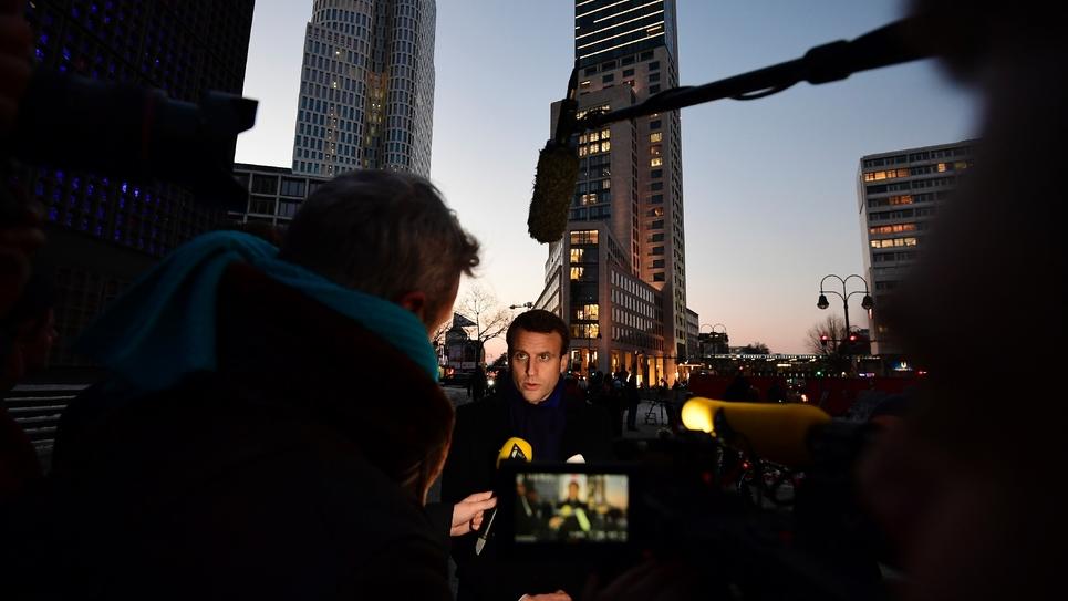 Emmanuel Macron répond aux questions de journalistes, le 10 janvier 2017, à Berlin, sur le site de l'attaque terroriste dont a été victime la ville.
