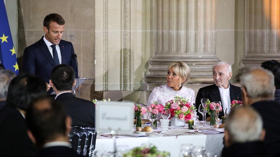 Le président Emmanuel Macron (g), sa femme Brigitte et le chanteur Charles Aznavour (d) lors du dîner officiel en l'honneur du prince héritier du Japon au château de Versailles, le 12 septembre 2018