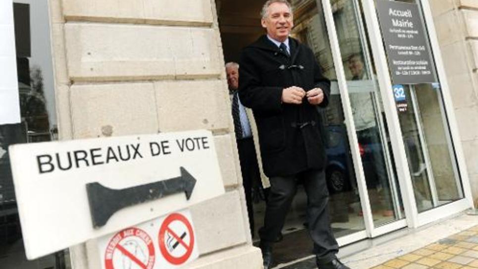 François Bayrou, président du MoDem, quitte le bureau de vote dans sa mairie de Pau, le 22 mars 2015