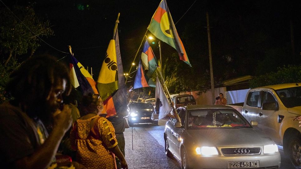 Des militants pro-indépendance défilent en voiture avec des drapeaux indépendantistes dans les rues de Nouméa, après le référendum d'autodétermination, le 4 novembre 2018 en Nouvelle-Calédonie