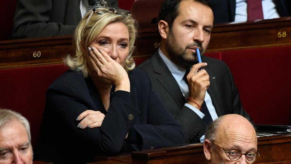 Le porte-parole du Rassemblement National (RN) Sébastien Chenu (à droite), assiste à une session de questions au gouvernement à l'Assemblée Nationale à Paris, aux côtés de la présidente du parti Marine Le Pen en novembre 2018.