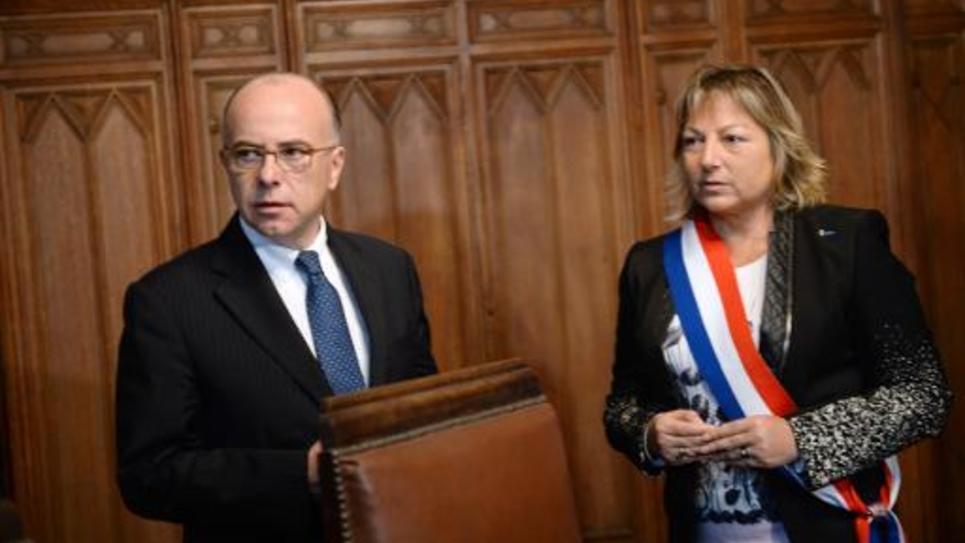 Le ministre de l'Intérieur Bernard Cazeneuve et la maire de Calais Natacha Bouchard, à Calais le 3 novembre 2014