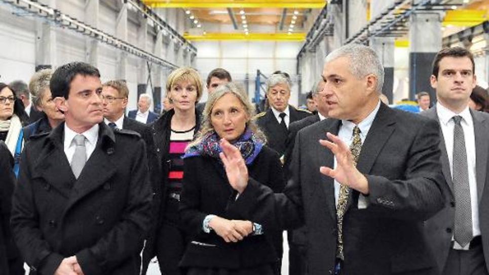 Le Premier ministre Manuel Valls, la directrice de General Electric France, Clara Gaymard, et le directeur de l'usine Pascal Girault lors de l'inauguration de l'usine altom le 2 décembre 2014 à Montoir-de-Bretagne près de Saint Nazaire