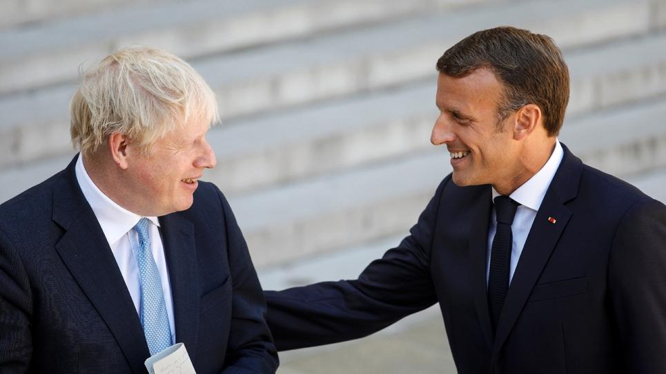 Le président français Emmanuel Macron (D) et le Premier ministre britannique Boris Johnson s'expriment devant la presse, le 22 août 2019 à Paris