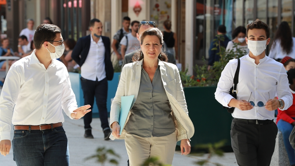 Agnès Buzyn, candidate LREM, dans une rue de Paris, le 23 juin 2020