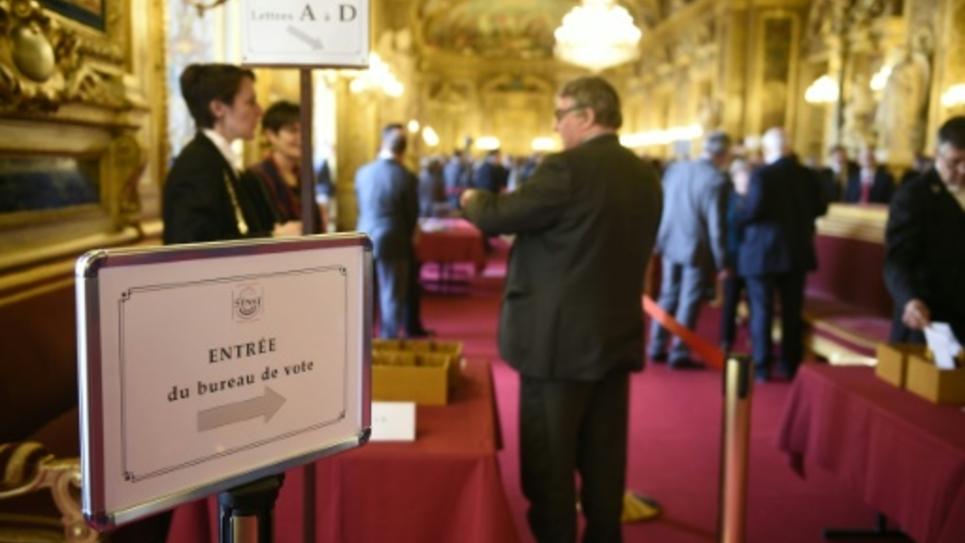 Les sénateurs français ont adopté le projet de révision constitutionnelle mais en des termes différents de l'Assemblée nationale, le 22 mars 2016 à Paris