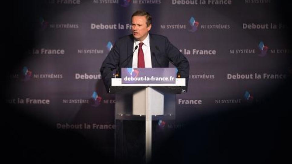 Le président de Debout la République Nicolas Dupont-Aignan en campagne dans le cadre des élections européennes, le 20 mai 2014 à Paris