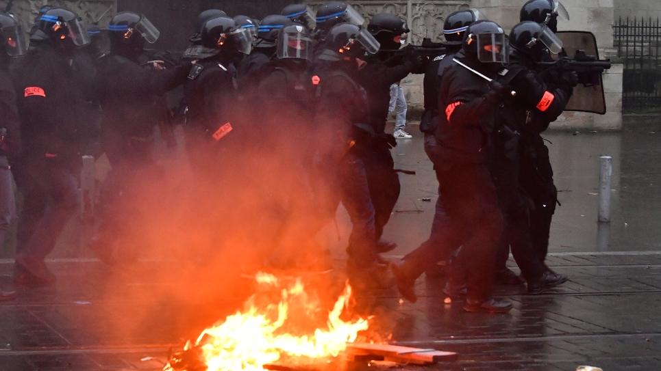 """Des policiers tentent de disperser des """"gilets jaunes"""" lors d'une manifestation à Bordeaux, le 15 décembre 2018"""