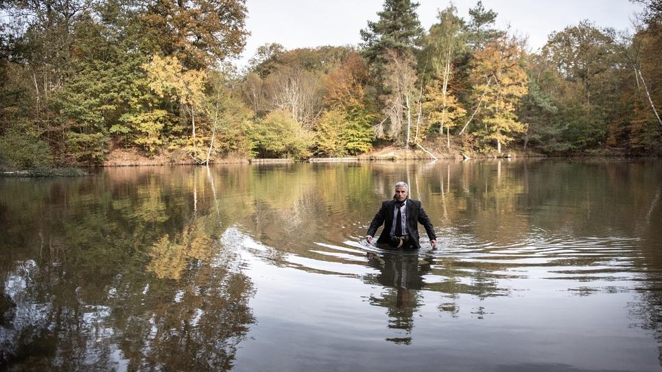 Un acteur joue le ministre Robert Boulin lors d'une reconstitution de la découverte de son corps dans le lac de l'Etang Rompu à Saint-Léger-en-Yvelines (Île-de-France) le 28 octobre 2019, 40 ans après les faits
