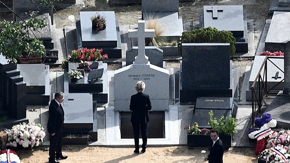 Claude Chirac se recueille devant la tombe de son père Jacques Chirac au cimetière du Montparnasse, le 30 septembre 2019