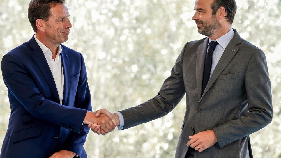 Edouard Philippe (D) serre la main de Geoffroy Roux de Bézieux lors de l'université d'été du Medef, le 28 août 2018 à Jouy-en-Josas (Yvelines)